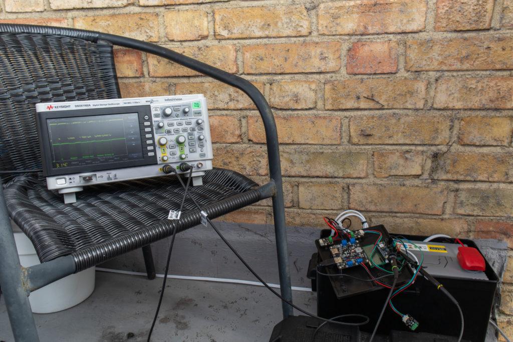 Keysight DSOX1102A osciloscope during measurements.